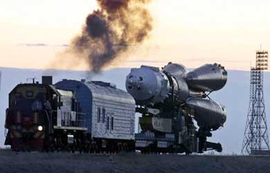 Una locomotora remolca una Soyuz. Foto: AP