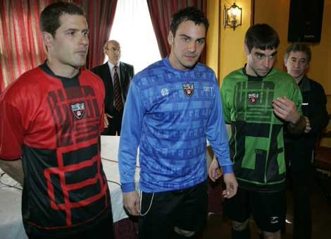 Tres jugadores del Arenas posan con las nuevas equipaciones del centenario. | Carlos García