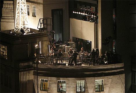 U2, en un concierto sobre la sede desde la que emite la BBC en Londres. (Foto: Reuters)