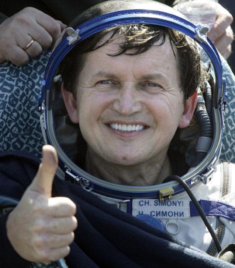 El tusista espacial Charles Simonyi muestra su satisfacción tras aterrizar con éxito en Kazakistán. | AP
