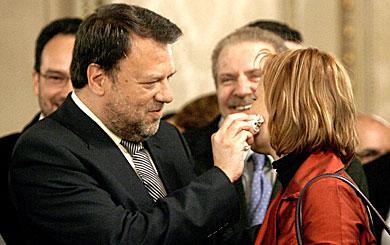 Monteseirín limpia con un pañuelo la cara de Leire Pajín.   Alberto Di Lolli