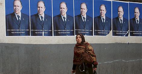 Una mujer, ante carteles electorales de Buteflika.   Efe
