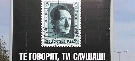 El cartel publicitario con el rostro de Hitler, que reza: 'Ellos hablan. Tú escuchas'. (Foto: EFE)