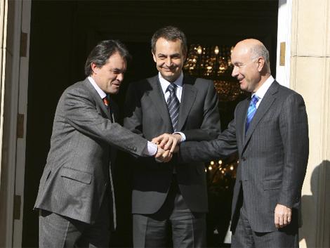 Mas, Zapatero y Duran, tras sellar el pacto.   Jose Ayma