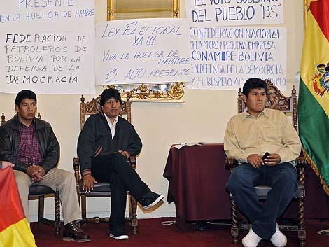 Evo Morales (c) y varios líderes sindicales están en huelga de hambre. | Afp