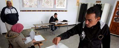 Un hombre vota en un colegio electoral en Argel. | Efe