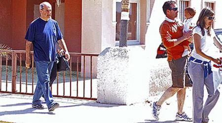 Manuel Chaves pasea con su familia por La Antilla. | José Carlos