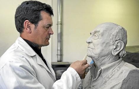Amancio González trabaja en el busto de Victoriano Crémer.   Lafototeka