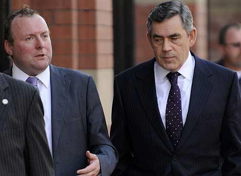 El primer ministro británico, Gordon Brown, escucha a su asesor Damian McBride.   Reuters
