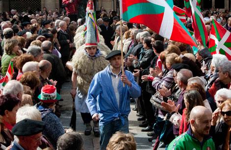 Los asistentes jalean uno de los actos folclóricos del Aberri Eguna en Bilbao. | Carlos García
