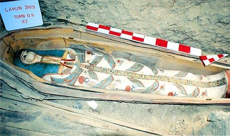 Uno de los sarcófagos de maderas encontrados en las tumbas. | Efe