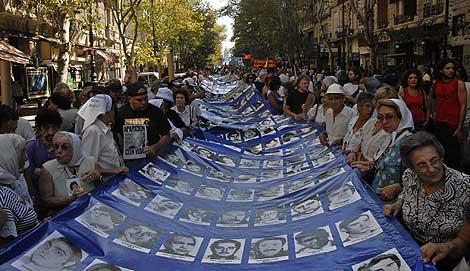 Madres de la Plaza de Mayo, con fotos de sus hijos desaparecidos durante la dictadura.   Efe