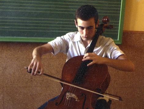 El joven Francisco Javier Pastor con su violonchelo.