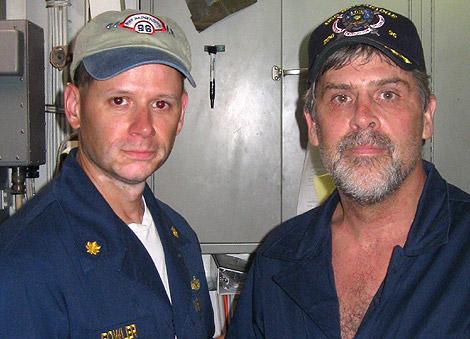 El capitán liberado Richard Phillips (dcha,) junto al teniente del USS Bainbridge, David Fowler. | Efe