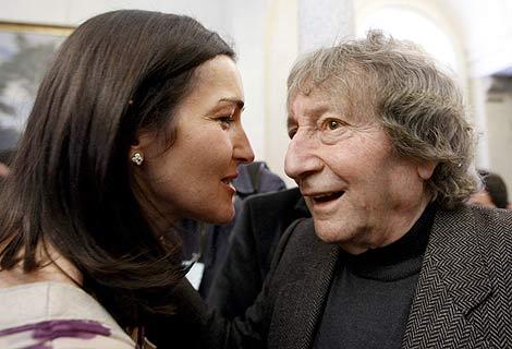 La ministra junto al productor Elías Querejeta en la toma de posesión de su cargo. | Efe