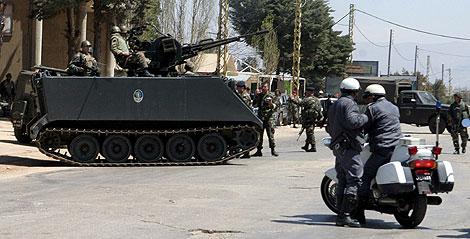 Soldados libaneses revisan el lugar del ataque. | Efe