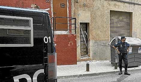 La Policía vigila la casa de Santa Coloma de Gramanet. | Santi Cogolludo