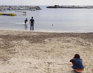 Un grupo de personas esta Semana Santa en Playa de Palma | Cati Cladera