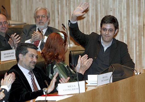 Eduardo Madina saluda a sus compañeros, tras el anuncio de Zapatero. | Efe