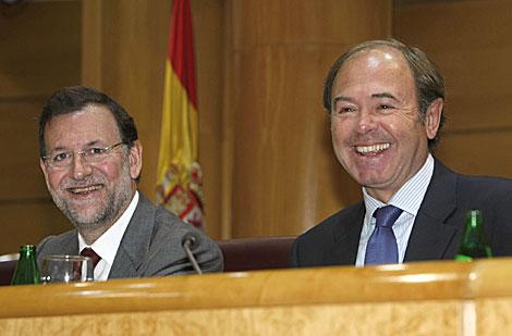 Mariano Rajoy, junto a Pío García-Escudero, en el Senado.   Efe