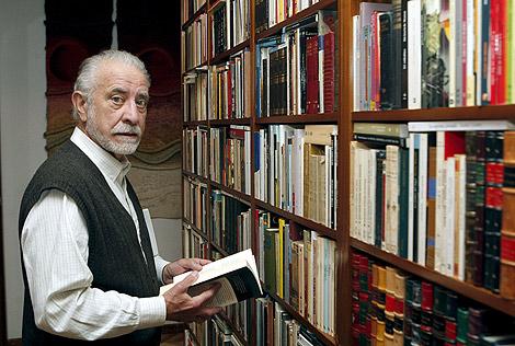 El escritor José María Merino rodeado de libros, en su casa de Madrid. | Efe