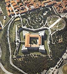 Vista aérea del castillo antes del terremoto.