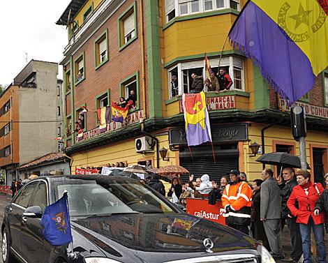 Banderas republicanas al paso de la comitiva del Rey.   Alonso González