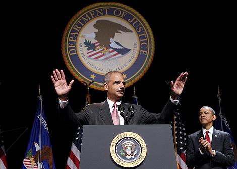 Eric Holder (izq.) en un acto junto a Barack obama en Washington. | Reuters