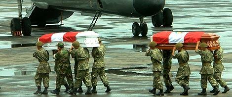 Soldados peruanos trasladan los féretros de dos fallecidos el Jueves Santo. | Efe