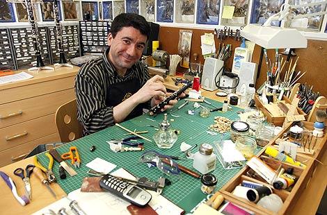 Sergio Jerez, técnico instrumentista reparador que regenta el taller de reparación de instrumentos musicales Puntorep en Ávila .| Ical