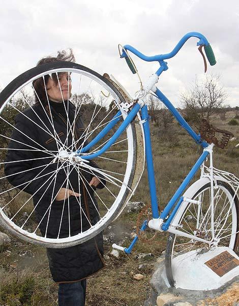 Una bicicleta recuerda el lugar exacto en el que se produjo la caída de Armstrong.| Manuel Brágimo
