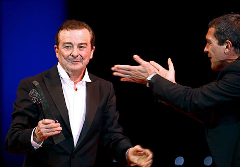 Juan Diego recibe el aplauso de Antonio Banderas. | Efe