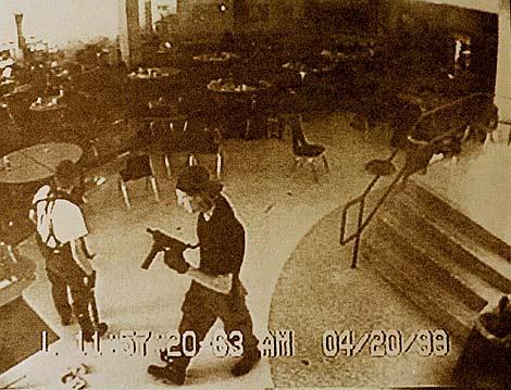 Imagen de archivo de Klebold y Harris durante la masacre. | Reuters