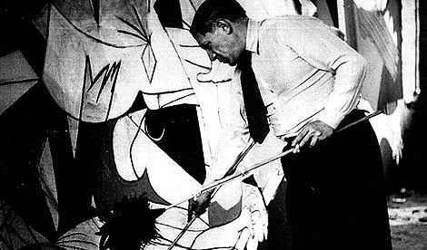 Picasso fotografiado por Dora Maar en 1937 ante el Guernica.