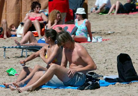 Turistas en la playa de Salou. | EFE