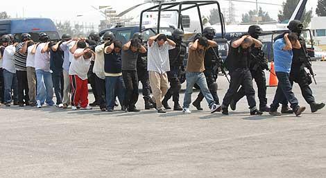 La Policía mexicana conduce a los miembros de 'La Familia Michoacana'