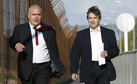 Ginés Jiménez (dcha) sale de prisión con su abogado.   Begoña Rivas