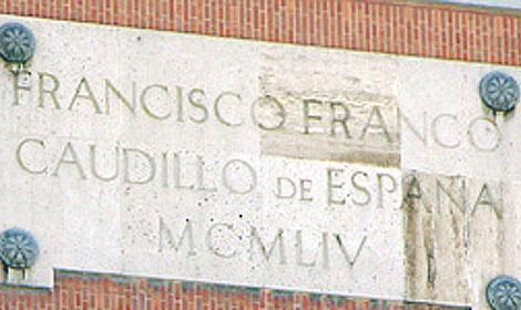 La placa del Ejército del Aire objeto de la recriminación del senador Bofill.