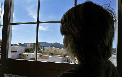 Olav mira por la ventana donde su colegio, el Cervantes, no le permite examinarse en español. | T. Escobar