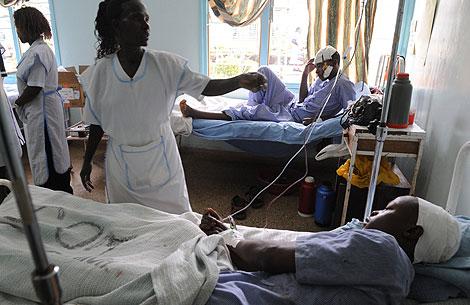 Los heridos en los enfrentamientos con la secta Mungiki son atendidos en un hospital de Karatina.   Afp