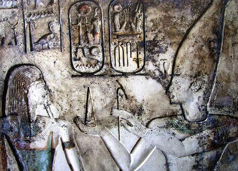 Imagen de un relieve de uno de los templos descubiertos. | Foto: Efe