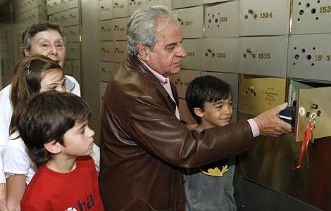 Juan Marsé, junto a parte de su familia, en el momento de hacer el depósito.   Efe