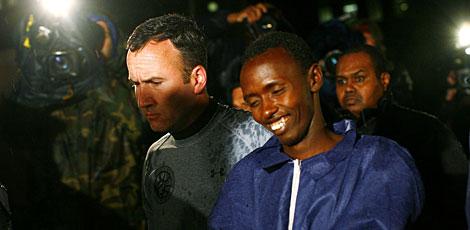 Abdul Wali-i-Musi, a la dcha., llega a la cárcel en Nueva York. | AFP