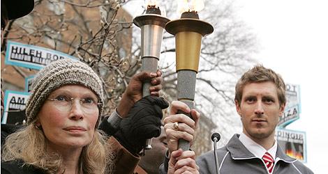 Mia Farrow durante una protesta en China por la situación de Darfur. | Afp
