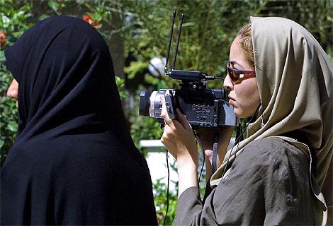 Fotografía de archivo de septiembre de 2003 que muestra a la periodista estadounidense, Roxana Saberi, tomando fotos en una calle de Teherán. (Foto:AFP)