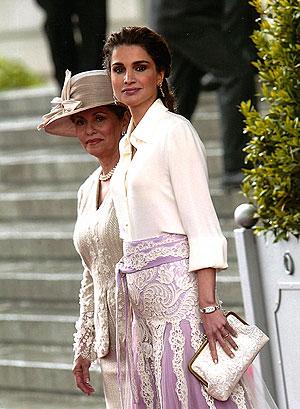Rania de Jordania, con el bolso de Sarah Beydun que lució en el enlace de los Príncipes de Asturias. (Foto: Sarah's Bags)