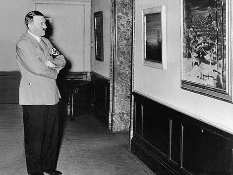 Adolf Hitler observa varios cuadros. | Afp