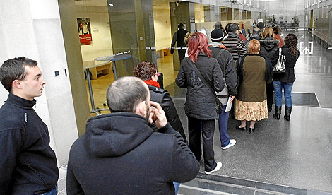 Un grupo de parados hace cola en una oficina del Servef en Valencia. | Benito Pajares