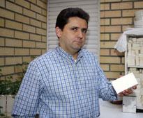 Merino muestra una pastilla de jabón.| Ical.