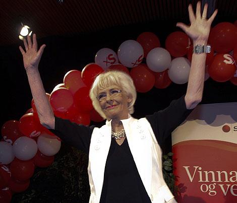 La primera ministra, Jóhanna Sigurdardóttir, celebra el triunfo de su partido.   Ap